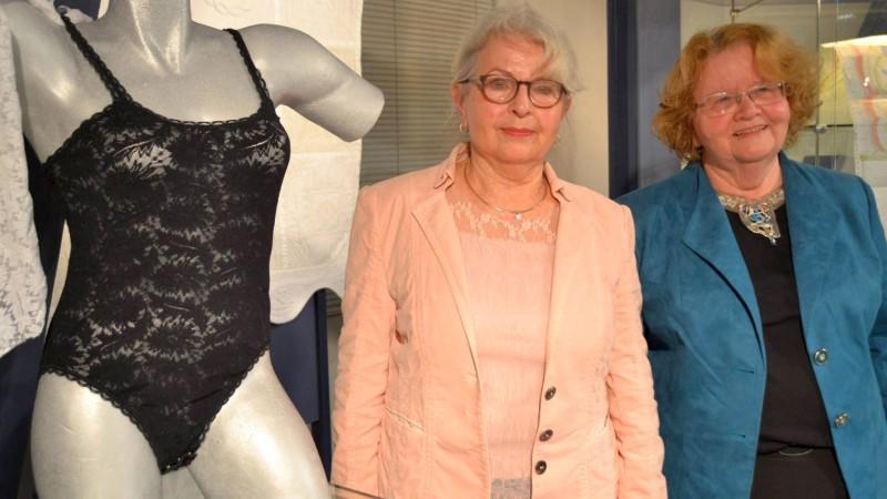 Gemeinsam eröffneten Textildesignerin Doris Bloes (links) und Gudrun Borck die neue Ausstellung der Deutschen Spitzengilde im Werkstatt-Museum Karl-Mayer-Haus.© Schmedemann