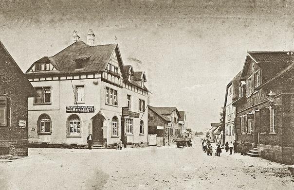 Obertshausen 1926: Die Heusenstammer Straße war damals nicht befestigt, genauso wenig wie die links einmündende Wilhelmstraße.