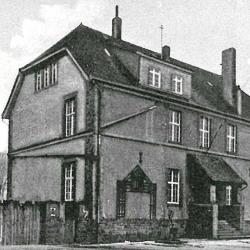 Die Joseph-von-Eichendorff-Schule im Jahr 1940: Im Obergeschoss des Gebäudes wurde bereits 1919 der erste evangelische Gottesdienst in Obertshausen gefeiert. © HGV (repro)
