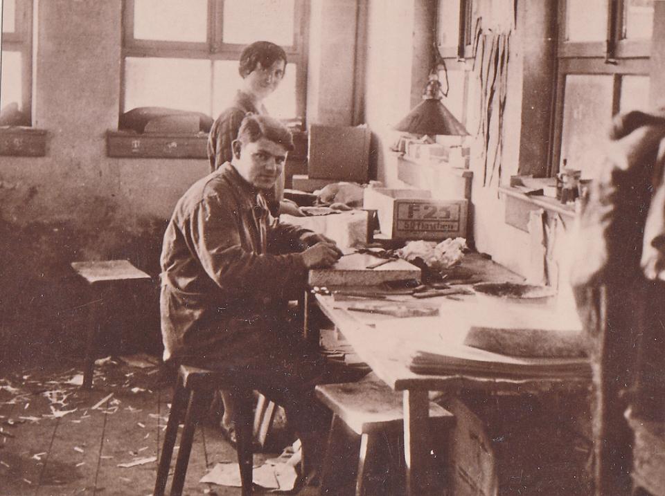 Hans Vetter mit Ehefrau in seiner Werkstatt um 1940.