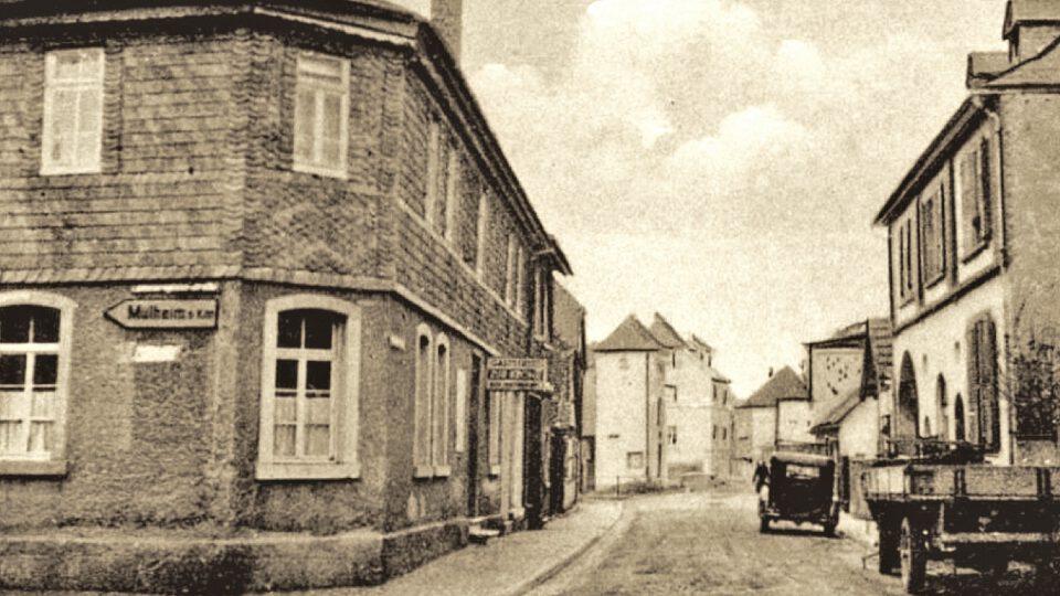 """Der Blick in die Steinheimer Straße um 1930/40 zeigt links die """"Krone"""", rechts den """"Goldenen Löwen"""