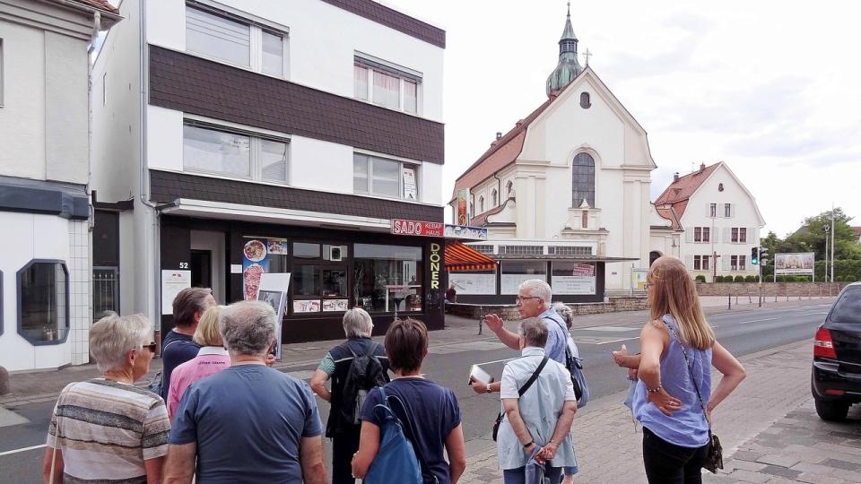 Herz Jesu Kirche und ehemaliges Möbelhaus Mund, heute Dönerladen