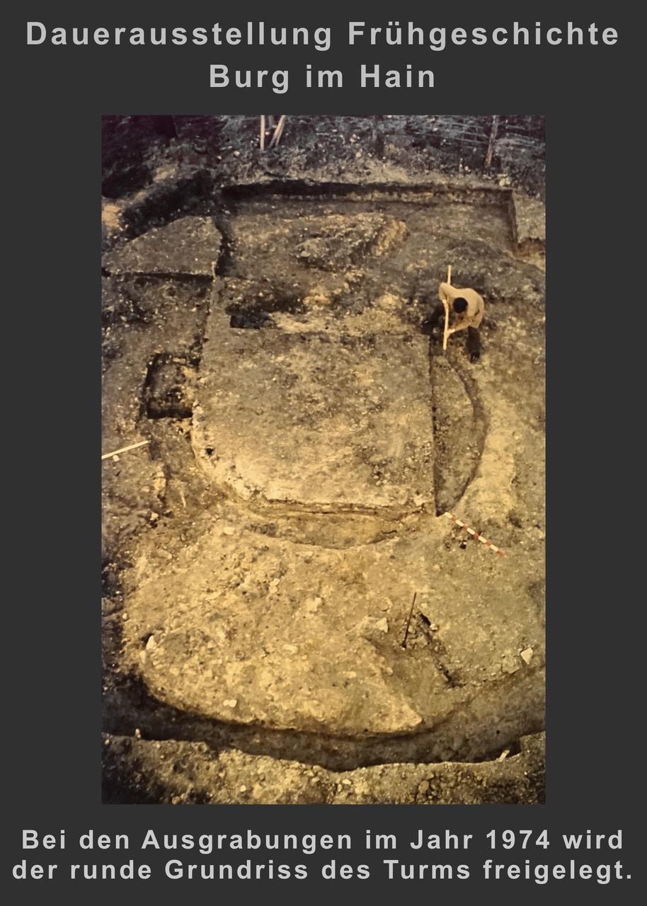 (4) Bei der Ausgrabung im Jahr 1974 wird der runde Grundriss des Turms freigelegt