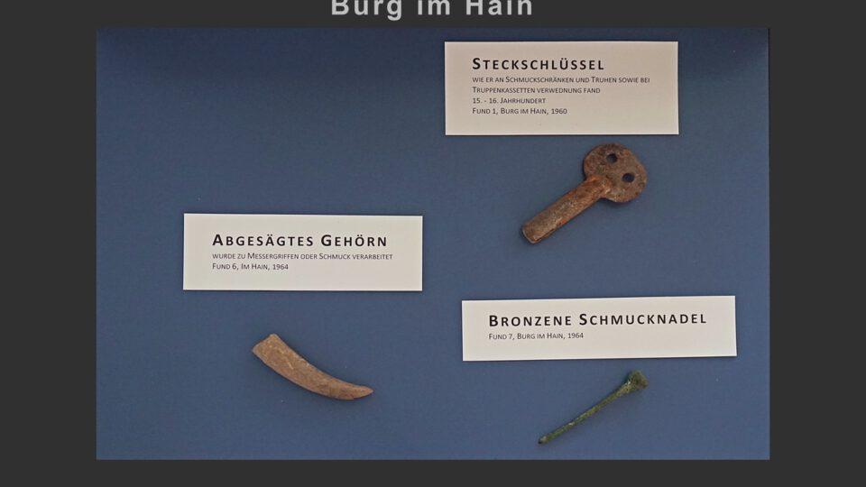 Vitrine 2: Steckschlüssel, Bronzenadel, abgesägtes Gehörn