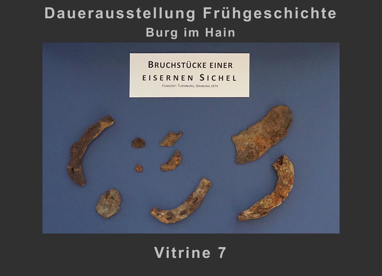 Vitrine 7: Bruchstücke einer eisernen Sichel